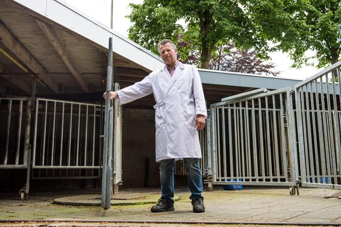 LOSSER - Slager Henk Luijerink tussen de stallen bij de slachterij.