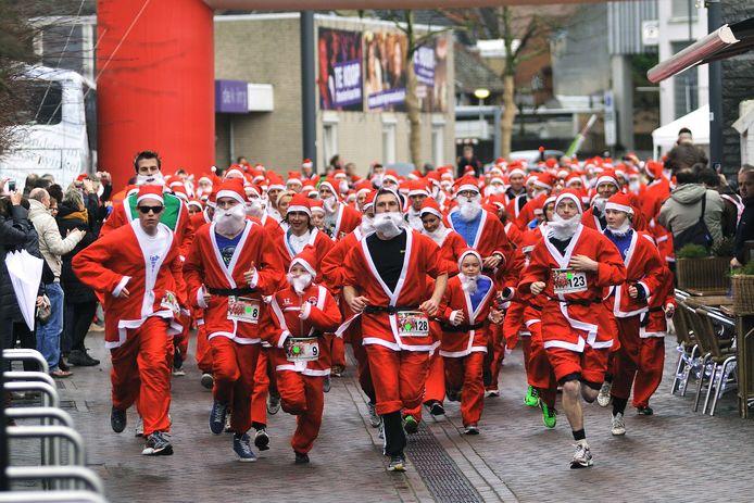 In 2013 denderden er nog de nodige kerstmannen door de Roosendaalse binnenstad.