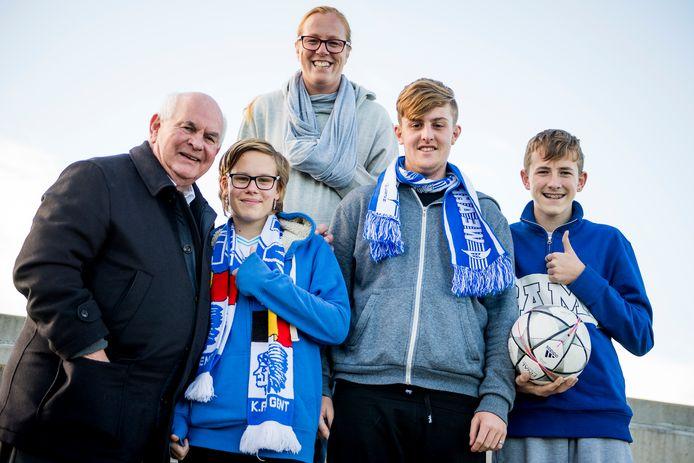 Ivan De Witte met supporters van AA Gent in de tribunes.