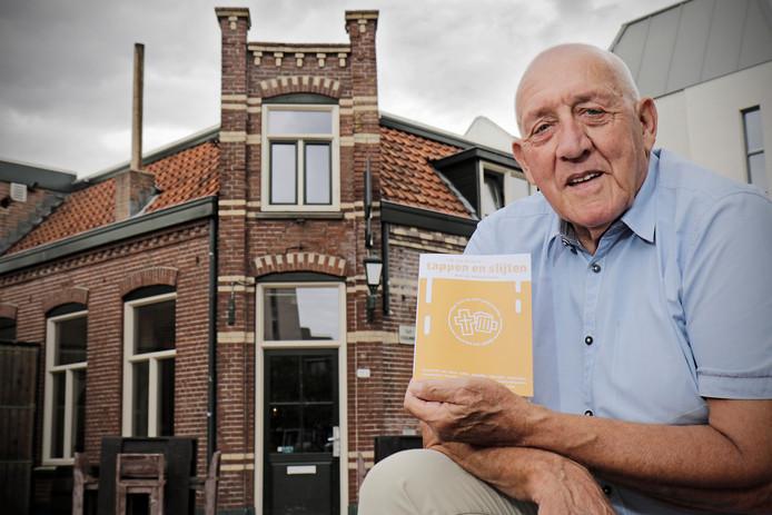 Frank van de Vorst met z'n boekje voor café Kaatje, het oudste café in de stad Oss.