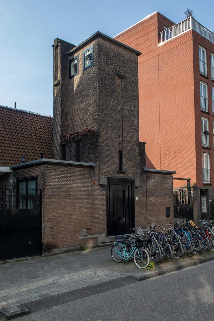 De oplossing van 3 augustus was het GEB-onderstation voor elektriciteitsvoorziening uit 1923 in de Eerste Helmersstraat, in expressionistische, nieuwezakelijkheidstijl. Winnaar is Marieke Groth.