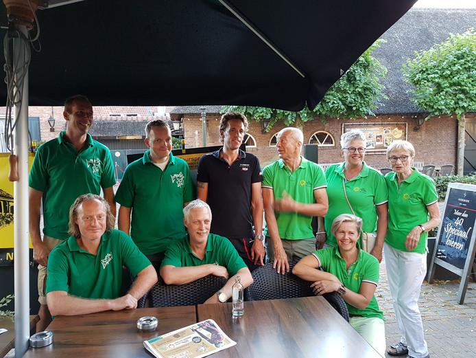 De Kort temidden van de organisatie van Tourspel Liempde en vertegenwoordigers van De Zonnebloem, afdeling Liempde.
