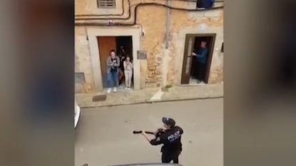 Spaanse politie zingt voor mensen in lockdown