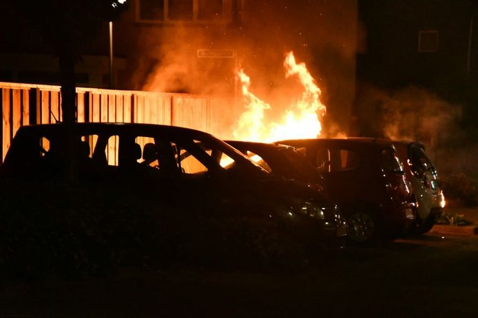 Een geparkeerde auto aan de Taxissstraat ging maandagavond in vlammen op.