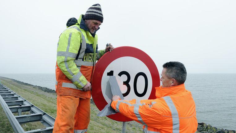 Op de A7 wordt een nieuw bord geplaatst. Beeld anp