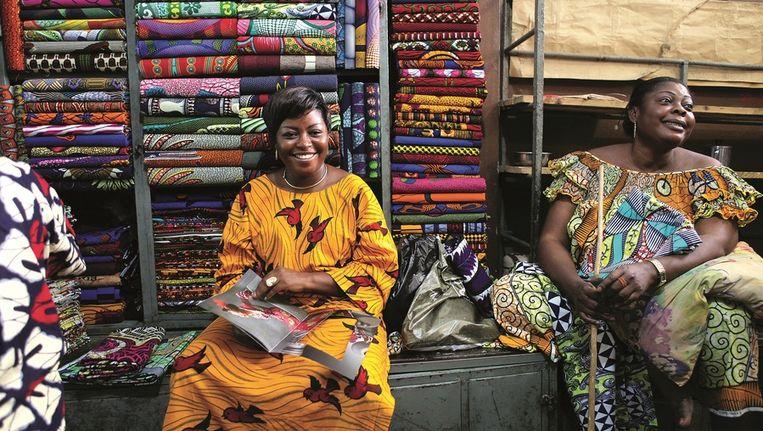 Vrouwen gekleed in doeken van Vlisco Beeld Yvonne Brandwijk
