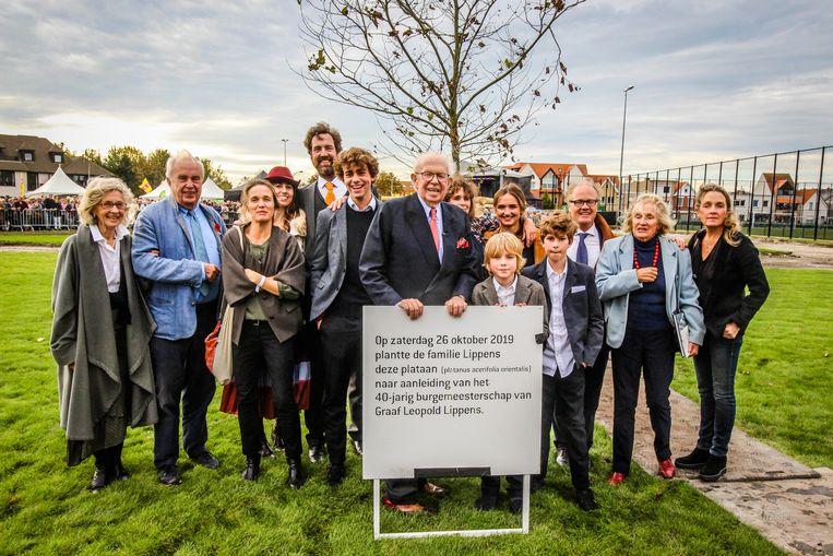 Leopold Lippens met zijn familie bij de herdenkingsboom én -plaat