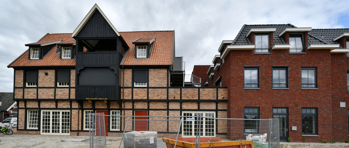 Nieuwbouw in oude stijl aan het Middenplein in Enter.