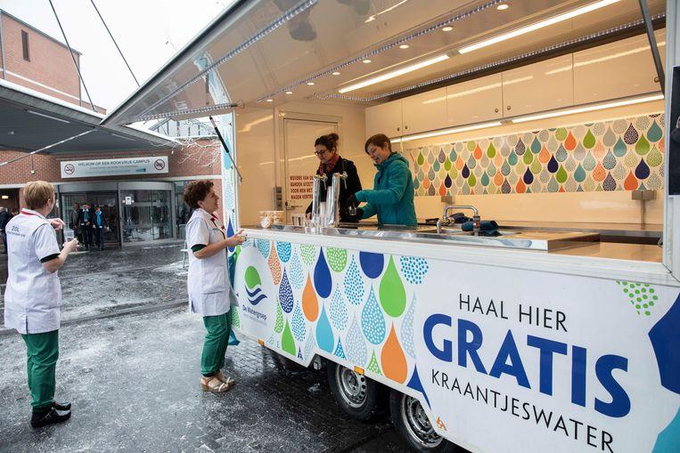 De Waterkar is het symbool van de start van Tournée Minérale die in Ziekenhuis Oost- Limburg met succes wordt gevolgd. Een kleine 250 medewerkers raken héél de maand februari geen druppel alcohol aan, ze drinen water.