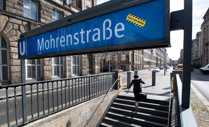 Een 'Black Lives Matter'-sticker op het bord van metrostation 'Mohrenstrasse', vlakbij de Brandenburger Tor en het Holocaust-monument in het centrum van Berlijn.