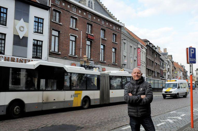 David Geladé aan de bushalte op de Grote Markt.