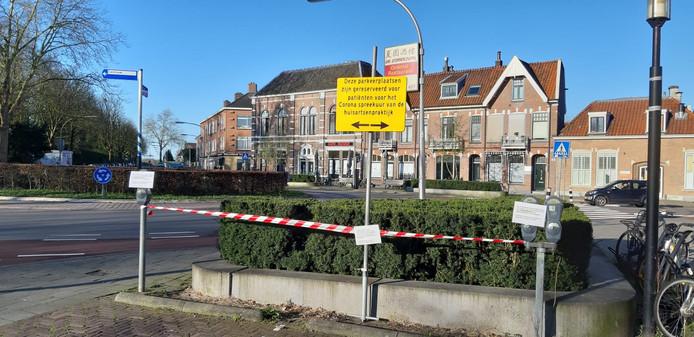 Hoe voorkom je dat mensen met eventueel corona andere mensen kruisen? Door speciale parkeerplekken te maken die fungeren als wachtkamer. Dat gebeurt op het Noorderplein in Deventer.