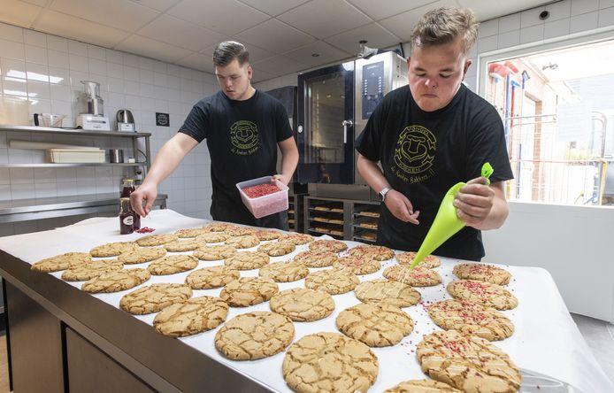 Gijs Ruhof (rechts) bakt Vondelkoeken. Volgens het recept van zijn opa.