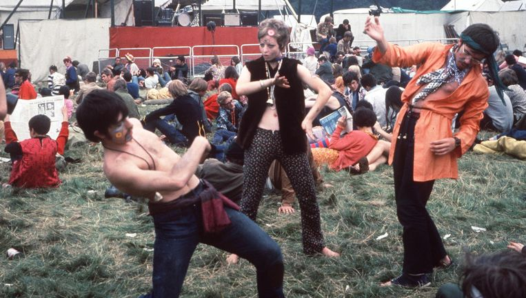 Dansende bezoekers van een festival in Woburn, Engeland tijdens de 'summer of love' in 1967, een tijd waarin lsd veel recreatief werd gebruikt. Beeld getty