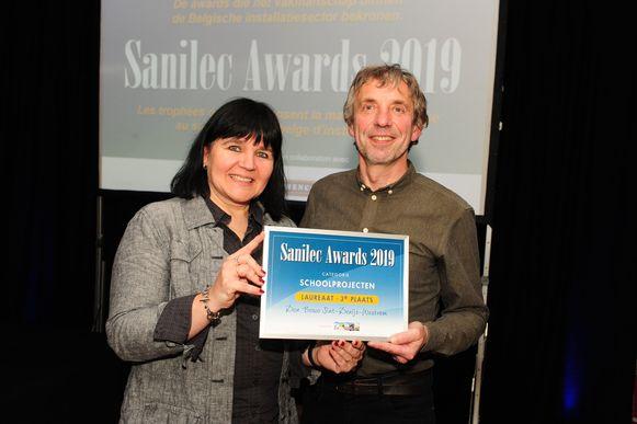 Directeur Hannelore Dessein en leerkracht Luc De Coninck poseren trots.