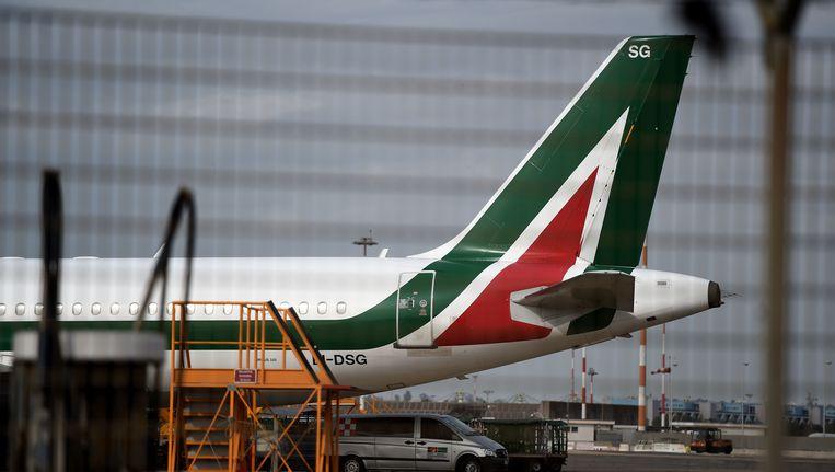 Een vliegtuig van Alitalia is geparkeerd op de tarmac op de Fiumicino luchthaven in Rome op 26 april 2017.