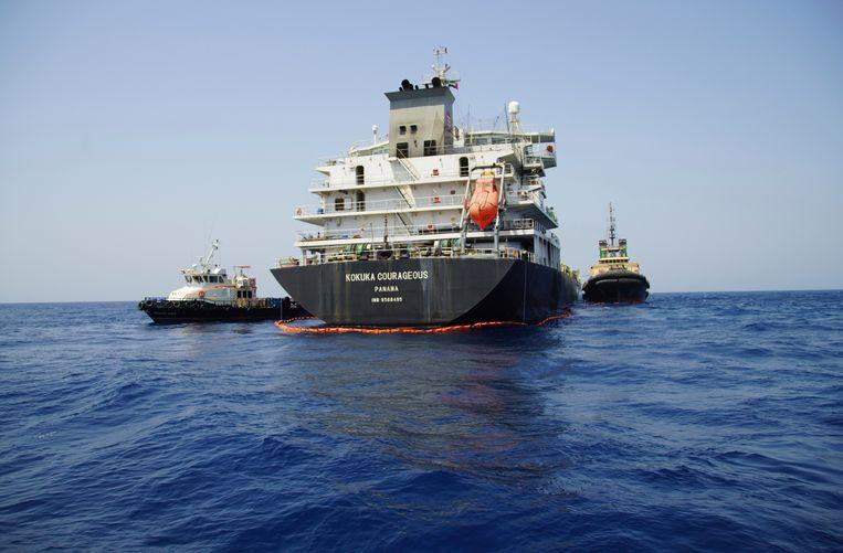 De Japanse tanker Kokuka Courageous, die in juni werd beschadigd door een mijn nabij de Straat van Hormuz. Volgens de Amerikaanse marine had de mijn een 'treffende gelijkenis' met mijnen zoals die ook door Iran worden gebruikt. Beeld AP