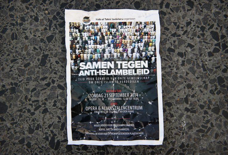 Flyer van de radicale islamitische beweging Hizb ut Tahrir met een uitnodiging voor de conferentie in Den Haag tegen de 'anti-djihadmaatregelen' van de regering. Beeld anp