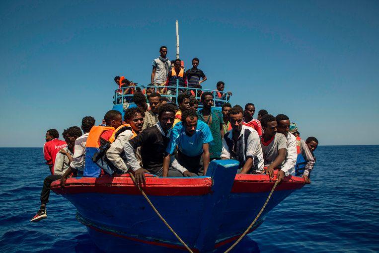archiefbeeld: bootvluchtelingen voor de Libische kust.