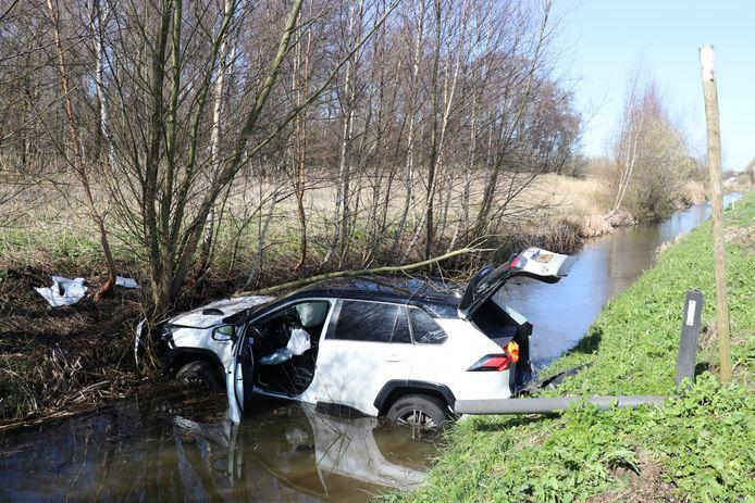 De bestuurder van de auto is na het eenzijdige ongeval naar het ziekenhuis gebracht.