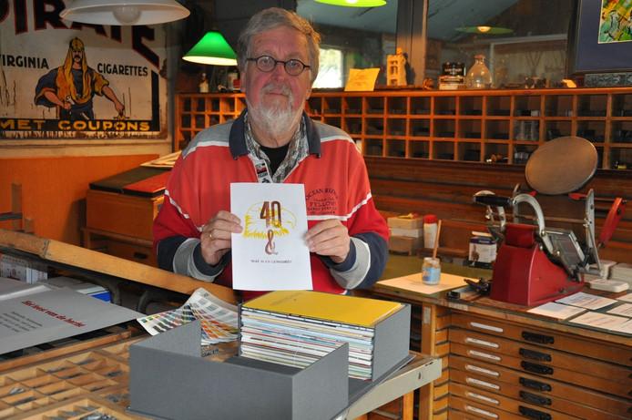 Bij drukkerij De Arend aan de Burg. Nahuyssingel 28 in Doesburg toon Arie Niks een boek van 2 kilo.