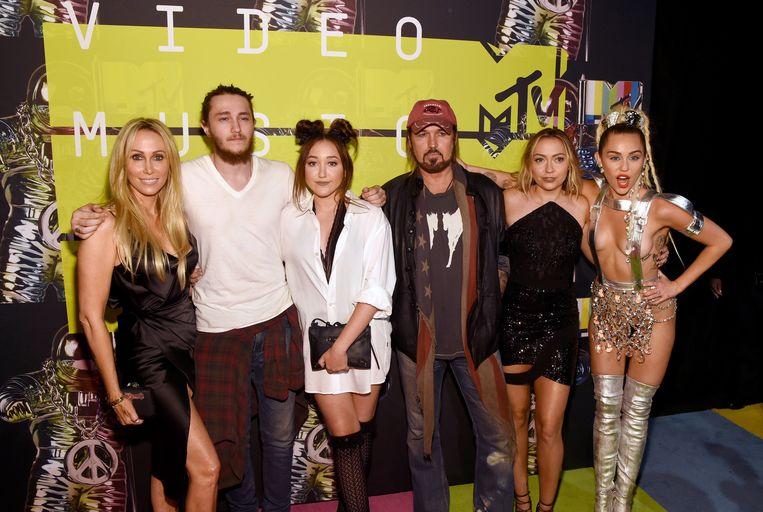 De familie Cyrus in 2015: mama Tish, broer Braison, zusje Noah, papa Billy Ray, zus Brandi Glenn en Miley
