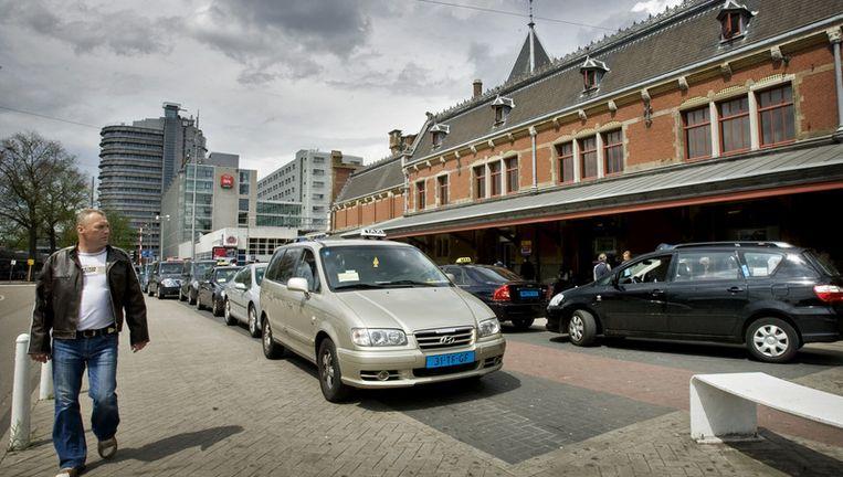 Van één chauffeur is de vergunning voor de standplaats bij het Centraal Station definitief is ingetrokken. Foto ANP Beeld