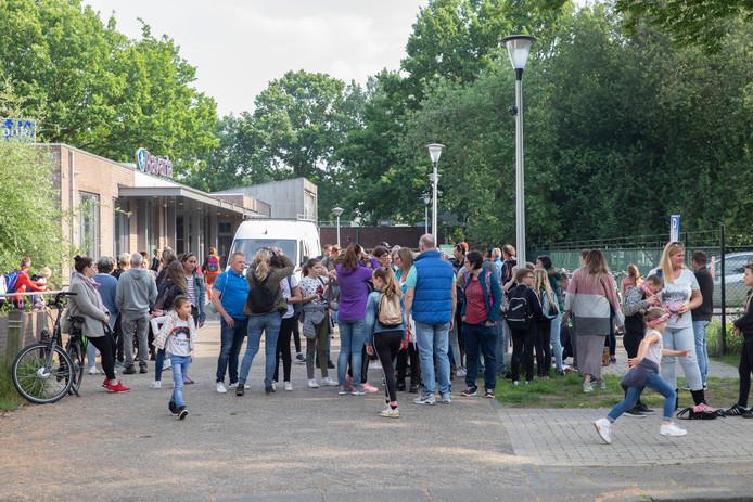 Lopers verzamelen zich voor de start van de avondvierdaagse in Helmond.