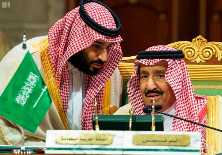 Kroonprins Mohammed bin Salman (L) en koning Salman (R).