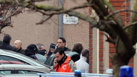 Politieagenten en reddingswerkers bij het appartement waar Merah zich verschanste.