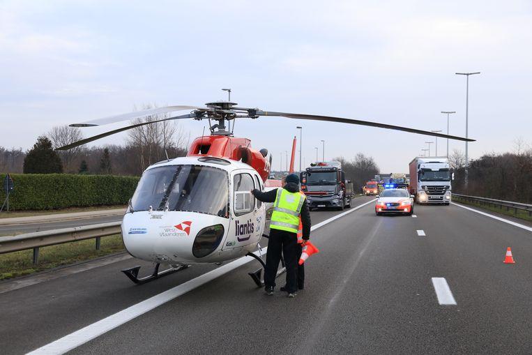 Een mugarts kwam met de heli ter plaatse om het slachtoffer de eerste zorgen toe te dienen.