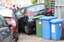 Een van de geparkeerde auto's schoot door tegen een schuurtje