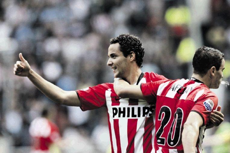 PSV-middenvelder Bakkal steekt zijn duim op na het scoren van zijn winnende treffer. Afellay viert met hem mee. (FOTO VINCENT JANNINK, ANP) Beeld ANP