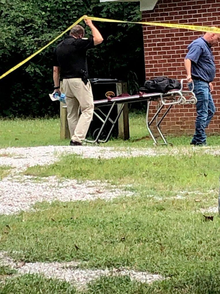 Hulpverleners aan het kerkje waar de schietpartij plaatsvond.