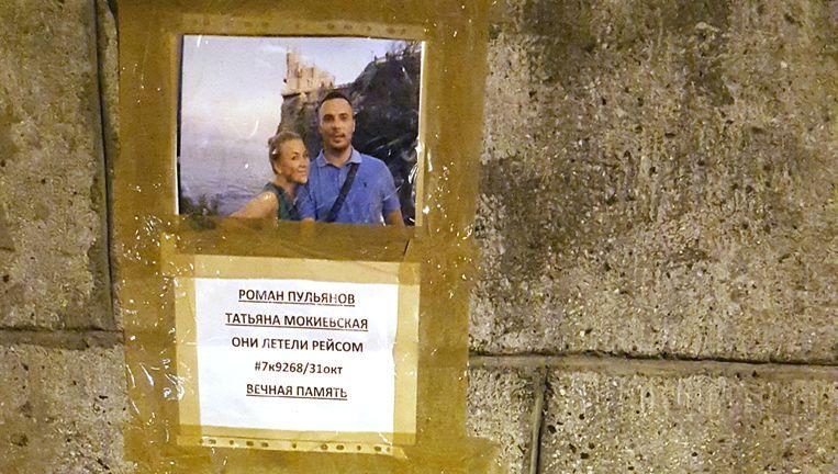 De tekst op de muur bij de foto luidt: Roman Poeljanov en Tatiana Mokiëvskaja. Ze vlogen met vluchtnummer #7k9268/31 oktober. In eeuwige nagedachtenis. Beeld