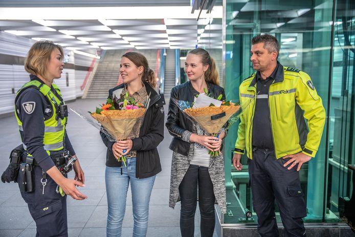Veiligheid & Service-medewerkers Lindsey van 't Verlaat en Joost Ruygt van NS hebben de heldinnen dinsdag bedankt met een bloemetje en eersteklas NS-dagkaarten.