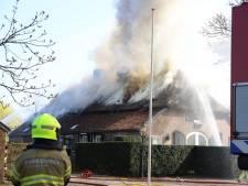 Brand in rieten kap verwoest eeuwenoude boerderij  in Horssen