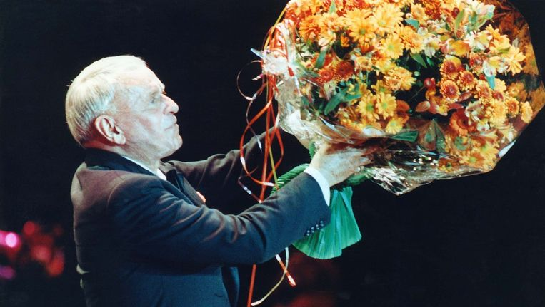 Frank Sinatra bedankt in 1991 het publiek in het Haagse Congresgebouw. Beeld ANP