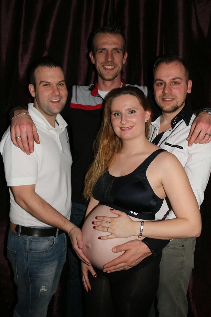 Roy en Leon met Fabiënne en Matthijs, die hun kinderwens laten uitkomen.