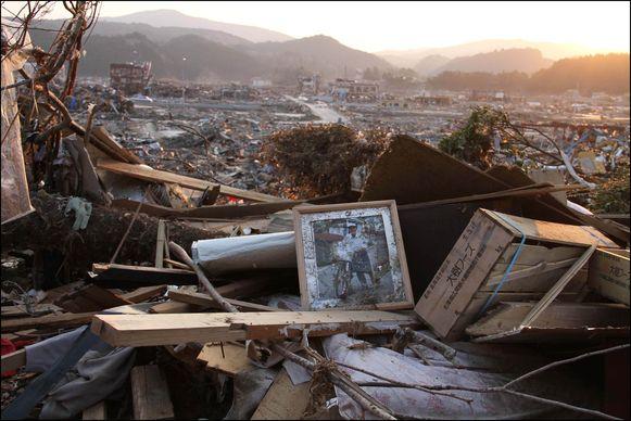 Schade na een tsunami die volgde op een aardbeving in Japan.