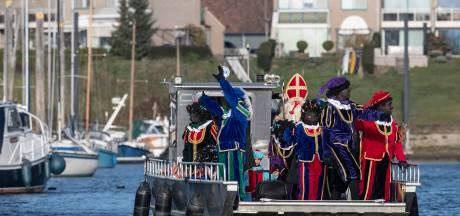 Sint en piet met de veerpont naar Giesbeek: water te laag voor boot