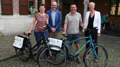 Trouwe klanten met nieuwe fiets naar huis