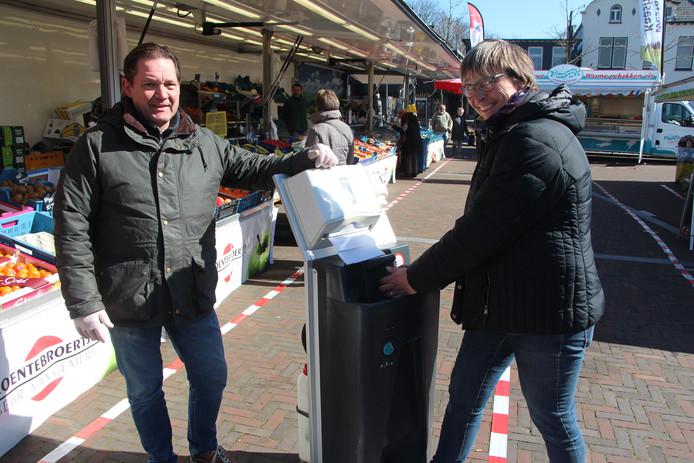 Groenten- en fruithandelaar Rob van Gemert bij een van de handwasinstallaties voor zijn kraam op de markt in Neede. Marktmanager Annet ten Hoopen maakt er graag gebruik van.