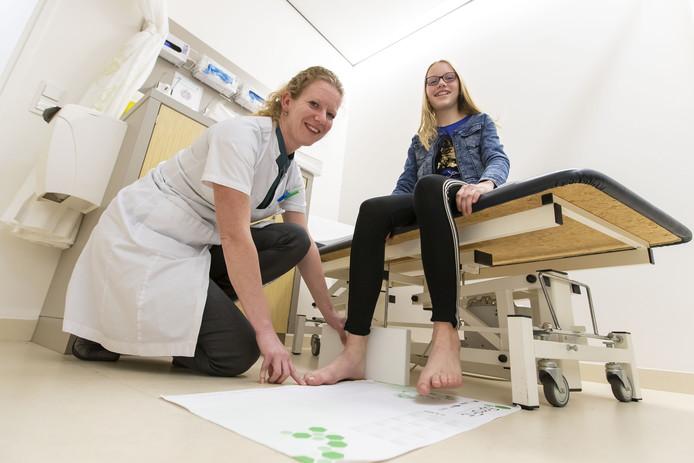 Nienke, samen met orthopedisch chirurg Yvon den Hartog: ,,Ik doe nu lang met mijn schoenen.''