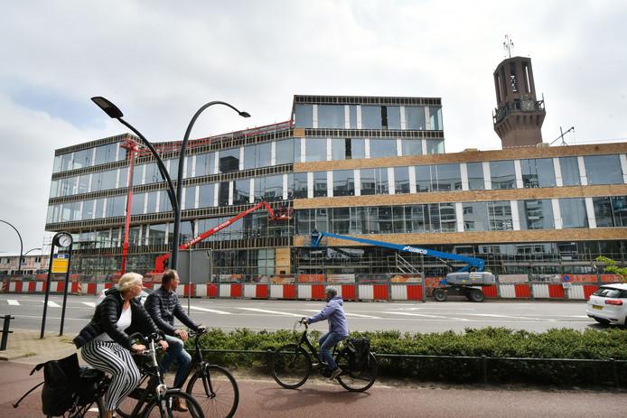 De oplevering van het nieuwe gemeentelijke stadskantoor  aan de Deldenerstraat laat langer op zich wachten.