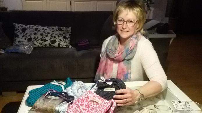 Ineke Gallé-Rovers toont haar kleurrijke gehaakte Care Bags
