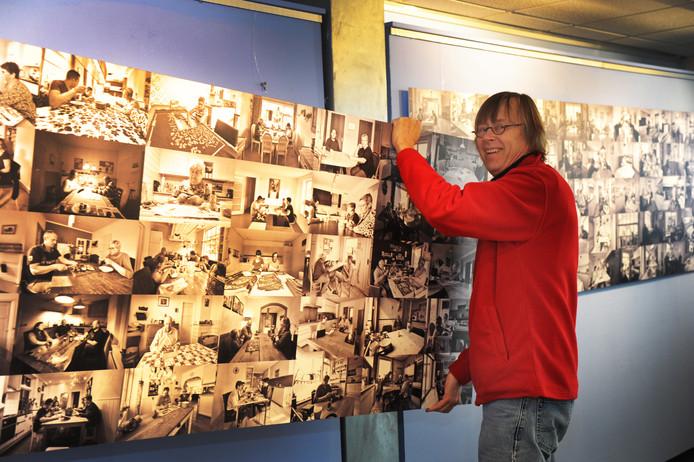 Jan de Jonge hangt het tweede paneel met foto's op. De tentoonstelling begint zaterdag 13 januari officieel in Het Polderhuis. Voordat de expositie sluit - na Pasen, het eerste weekeinde van april - hoopt hij een boek met de keukentafelfoto's uit te brengen.