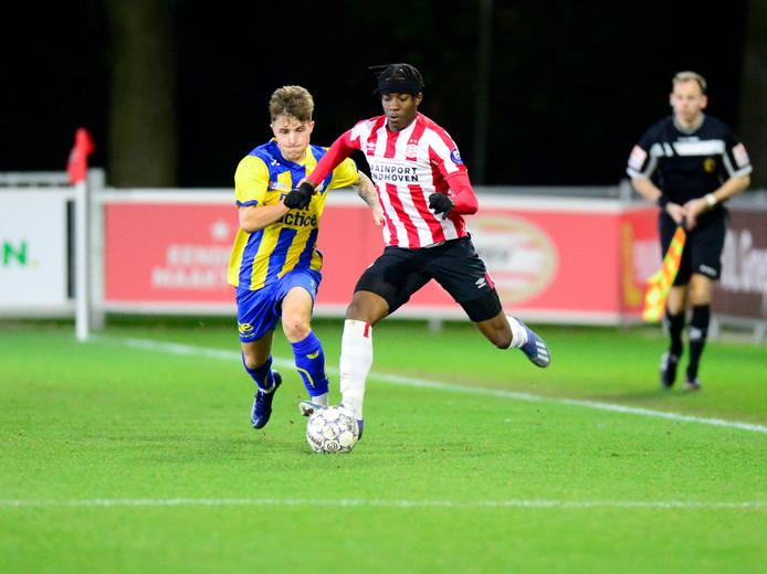 Noni Madueke in actie voor Jong PSV.