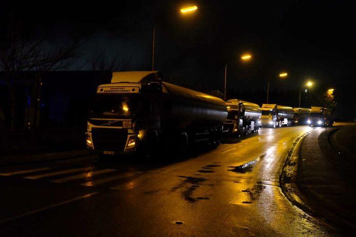 Tankwagens worden weggereden.