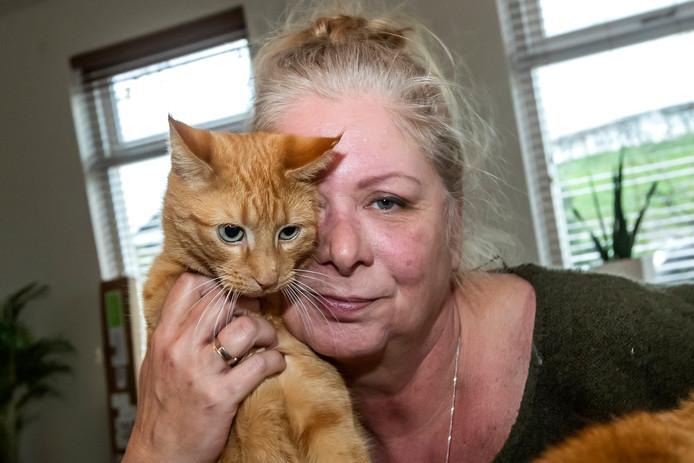 Mieke Krottje met één van haar katten.
